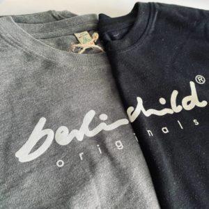 Graues und schwarzes T-Shirt