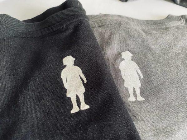 Rückseite von schwarzem und grauem T-Shirt